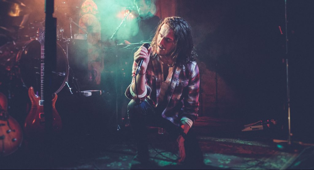 Crouched Singer | Kycker Article